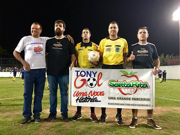 Os organizadores Aílton Cornélio, Tony Gol, ao lado dos árbitros dos jogos durante a solenidade de abertura da copa Horti Fruti Santa Rita - Tony Gol (Foto: Divulgação)